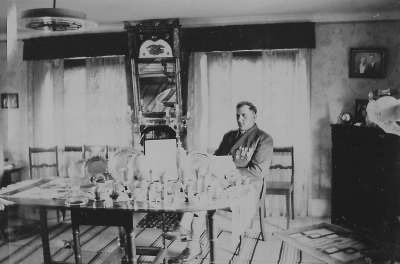 Husarn med sin prissamling 1947. Varpa-, skytte- och spelmanspriser.
