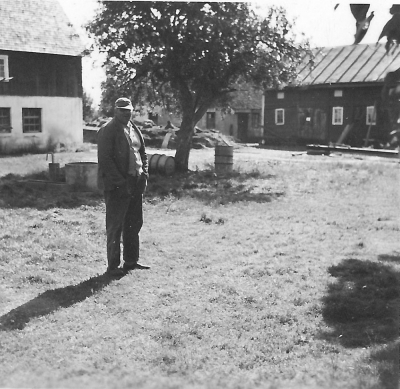 Husarn på gården omkring 1950.