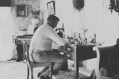 Husarn vid telefonen \'71\' (gotl. sjauett). 1947.
