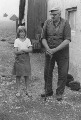 Mgdalena och Husarn utanför hönshuset 1975.