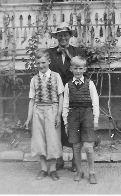 Vid affären i Garda 1941. Ägaren Helny Ahlqvist med Sven och Lasse Håkansson (med varsin pistol i händerna...)