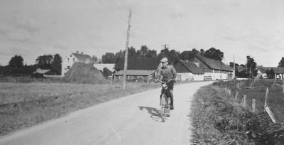 Lasse Håkansson framför gården någon gång kring 1950.