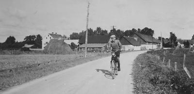 Lasse Håkansson framför gården någon gång kring 1950. (dubblett)