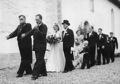 Husarn spelar på bröllop.