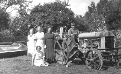 Stående fr.v. okänd, Signe och Anna. Edward på Järnhästen. Edith sitter i gräset. Troligtvis 20-tal.