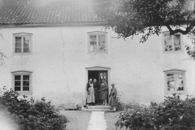 Från vänster: Anna Larsson, Lovisa Häglund (tant Lovisen) och okänd. Sent 20-tal. Tant Lovisen var ogift halvsyster till Edward. Dog 7 oktober 1930.
