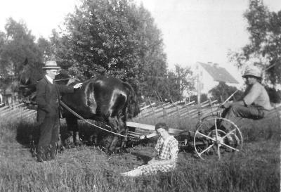 Frän vänster John Håkansson, Edith och Husarn. Sent 20-tal eller tidigt 30-tal.